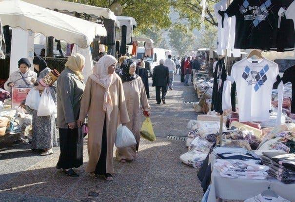 femmes-voilees-sur-un-marche