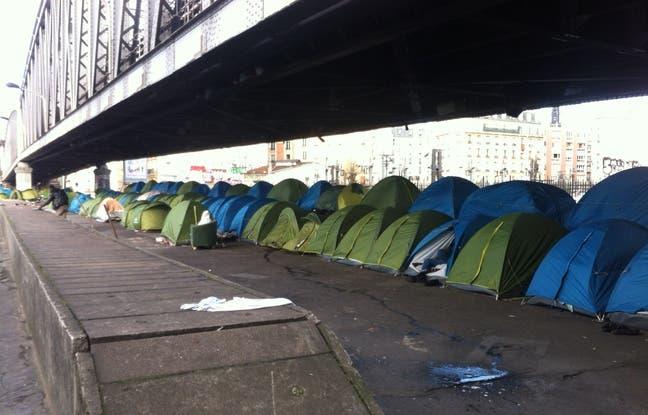 une-centaine-de-tentes-dans-lesquelles-dorment-jusqu-quatre-refugies-sont-installees-sous-une