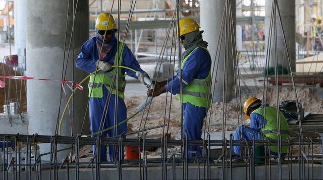 des-ouvriers-sur-un-chantier-a-doha-au-qatar-le-3-octobre-2013_4533072