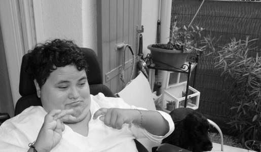 Céline, Française, lourdement handicapée, la Sécu refuse de financer son fauteuil roulant