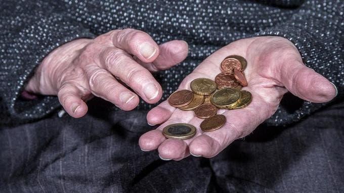 Altersarmut, eine alte Frau zhlt ihre wenigen Mnzen